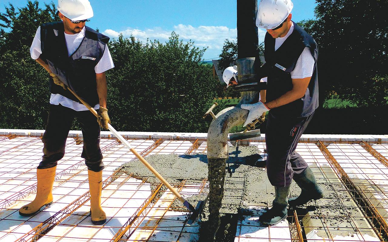 Vullen van Euromac2 vloerplaten met beton